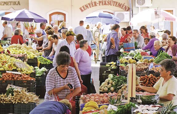 Markets and Fairs Piac és vásár The local market is open on Wednesdays and Sa t ur days and the Monor Pet Fair is held 6 ti mes a year. Monor has had two market-days a week since 1848.