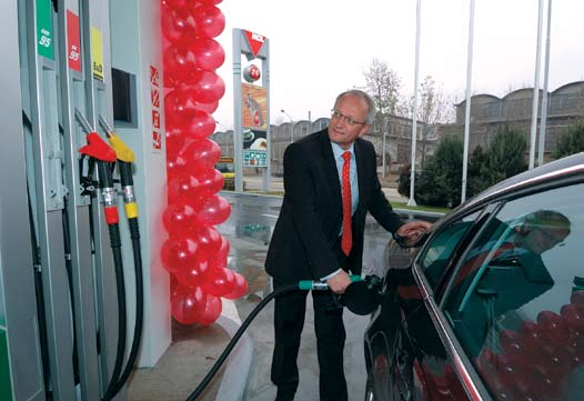 SumUp Winter / Tél / 2005 2006 53 Slavomir Jankovic Retail Services Managing Director at the first MOL filling station in Serbia Montenegro A MOL elsô szerbiai töltôállomásán Slavomir Jankovic, a